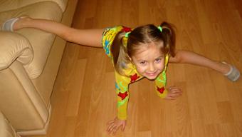 девочка суёт пальчики в попку